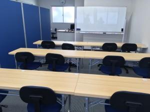 後ろから見たきれいな講義室